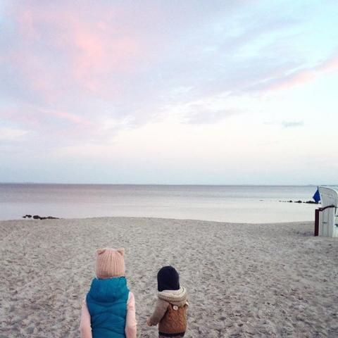 Irgendwie dachte ich immer, wenn Kinder krank sind, liegen sie im Bett und schlafen... Ein großer Irrtum ... Aber am Meer ist ja alles schöner - selbst kranksein! Bleibt gesund und genießt die Sonne!! Wer von euch ist denn hier in der Nähe der Lübecker Bucht?? #lübeckerbucht #ostsee #meer