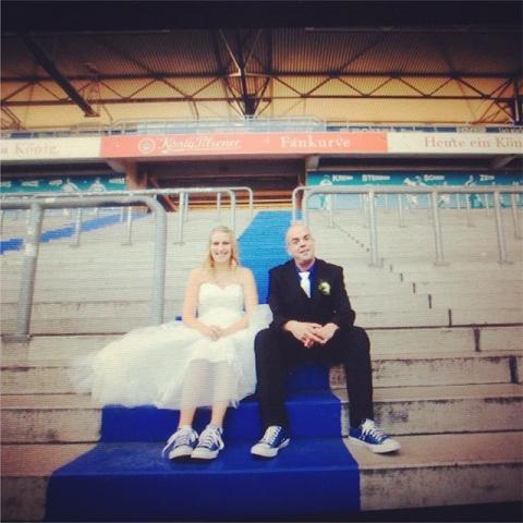 So viel Spaß und Liebe - und das alles in blau-weiß ;) ich habe zwar keinerlei Ahnung von Fußball, aber für mich gibt es nichts schöneres als individuelle Bilder für meine lieben Kunden zu schaffen. Bilder die nicht irgendwo nachgemacht sind, oder einem Trend folgen, sondern Fotos, die die individuelle Geschichte des Paares erzählen. Authentisch. Schlicht. Mit Liebe. www.individuelle-hochzeitsfotos.de #love #weddingtime #neunterneunter #msv #duisburg #stadion #zebras #msvduisburg #fankurve #fussball #hochzeit #hochzeitsfotos #liebesgeschichten #ingajockel #wedding #couples #potd #photography #rocknrollbride #bride #offbeatbride #backfromtokyo
