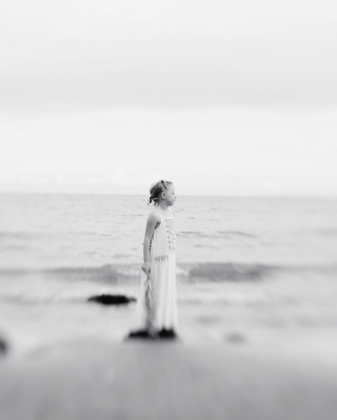 Louise at the Beach ....#düsseldorf #portraits #bwphotochallenge #beach #lübeckerbucht #steilküste #kinderfotos #epic #photography #ethereal #live #kids #familie #strand #grömitz
