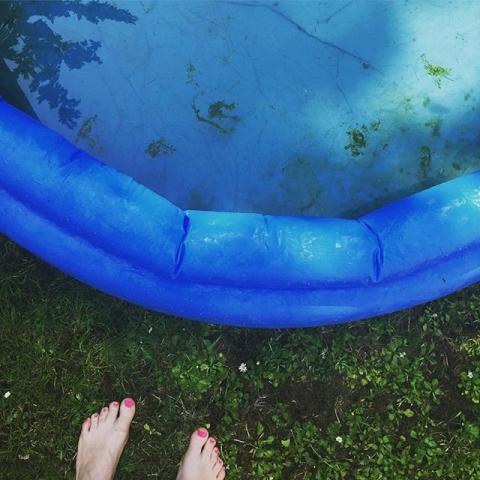 Sommer. Dreckige Füße. Der Duft von Sonnencreme. Eiscreme im Bauch. Schwitzehaare. Dankbarkeit. .......#eiscreme #sommer #düsseldorf #Algen #Pool #Dankbarkeit #wildheartscantbebroken #einhornseelen #brauseherzen #empowerment #lifecoachingforwomen